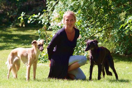 Swantje Eder mit ihren beiden Langhaar-Whippet Hündinnen Aglaia und Djamil